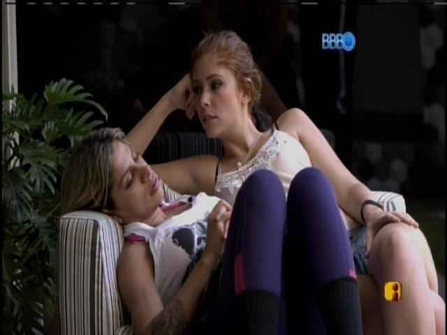 03.fev.2014 - Vanessa e Amanda sentadas na varanda conversa com os outros brothers