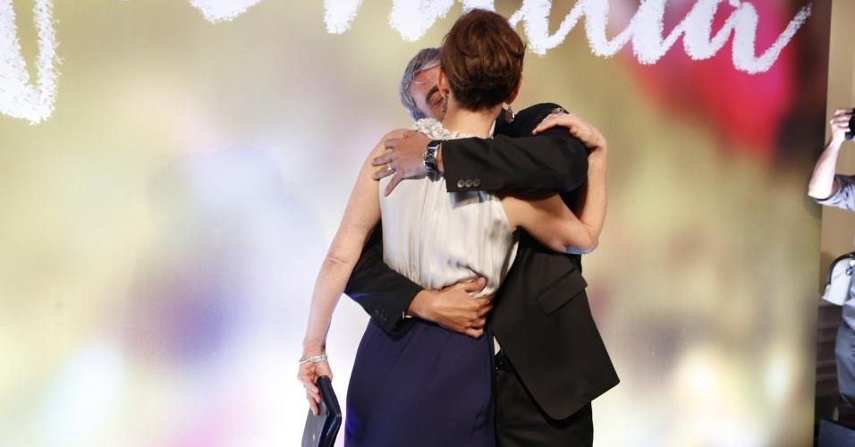2.fev.2014 - Júlia Lemmertz e Alexandre Borges se beijamna festa da novela