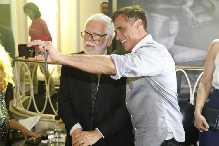 """2.fev.2014 - Oscar Magrini tira selfie com o autor Manoel Carlos na festa da novela """"Em Família"""""""