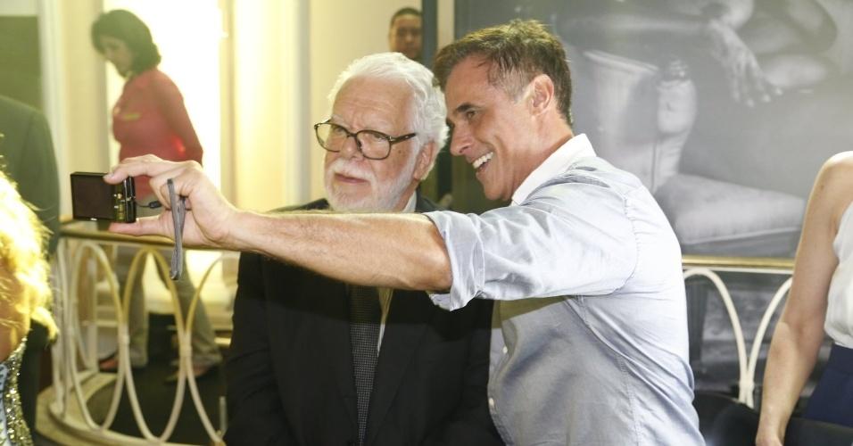 2.fev.2014 - Oscar Magrini tira selfie com o autor Manoel Carlos na festa da novela