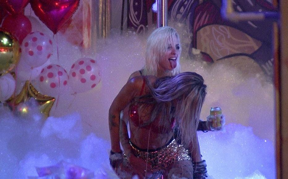 30.jan.2014 - Clara e Vanessa sensualizam na espuma