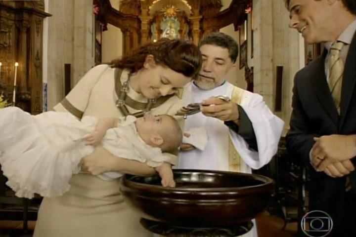 3.fev.2014 - As primeiras cenas da novela é o batizado de Helena