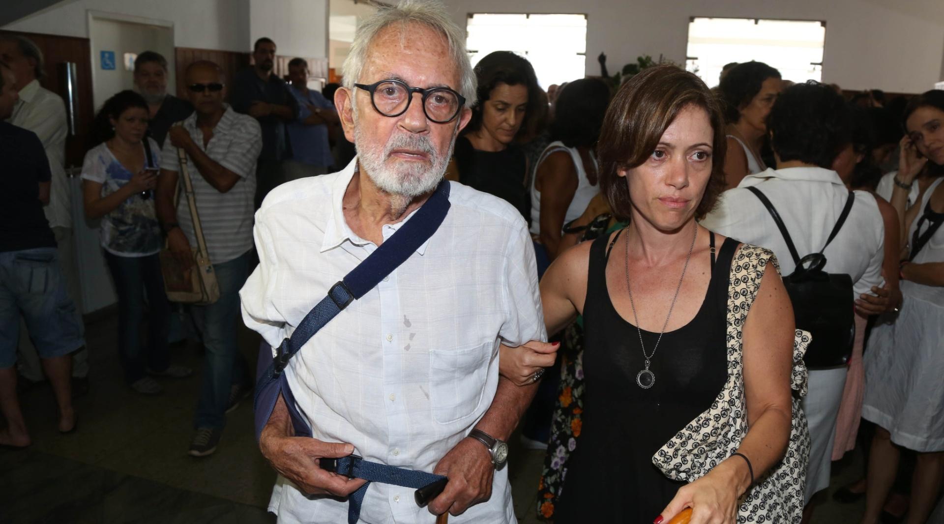 3.fev.2014 - Ator Paulo José comparece com a filha ao velório do documentarista Eduardo Coutinho no Cemitério São João Batista, na zona sul do Rio