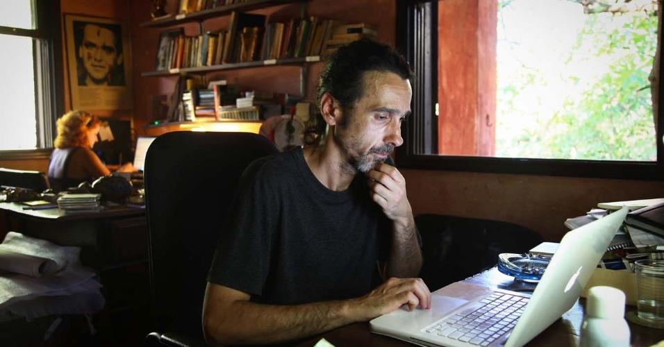 3.fev.2014 - Jurandy Valença, escritor, artista plástico e diretor de projetos do Instituto Hilda Hilst, na Chácara Casa do Sol, onde morou a escritora, no Parque Xangrilá, em Campinas
