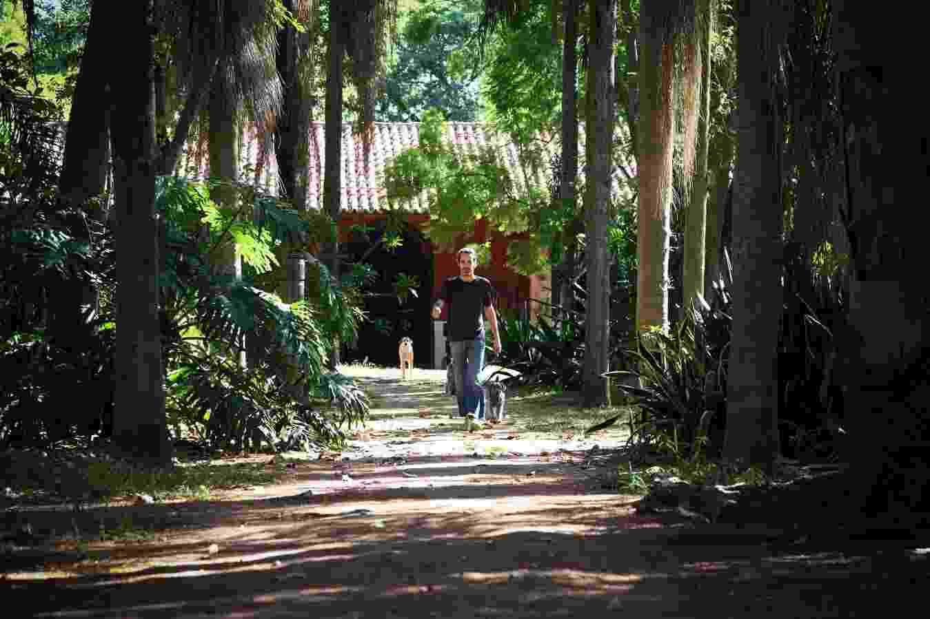 3.fev.2014 - Jurandy Valença, escritor, artista plástico e diretor de projetos do Instituto Hilda Hilst, na Chácara Casa do Sol, onde morou a escritora, no Parque Xangrilá, em Campinas - Ricardo Lima/UOL
