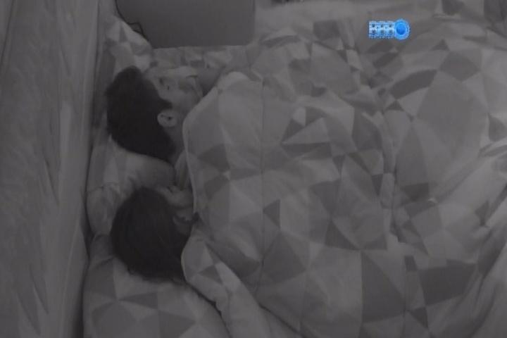 3.fev.2014 - Diego ensina Franciele a fazer oração antes de dormir