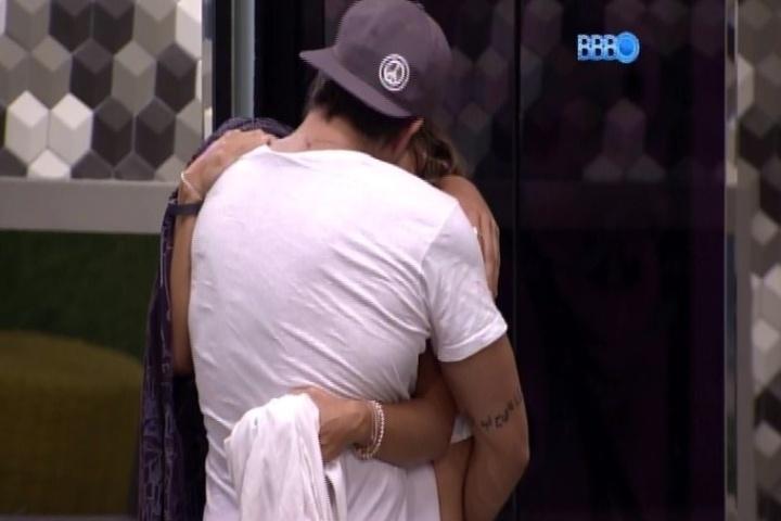 3.fev.2014 - Junior e Letícia trocam longos beijos antes de irem dormir