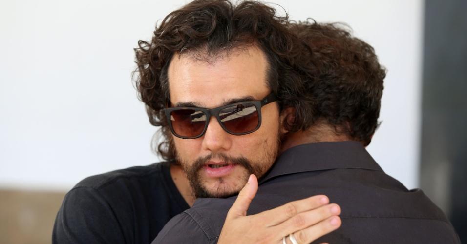 3.fev.2014 - O ator Wagner Moura comparece ao enterro do cineasta e documentarista Eduardo Coutinho, no cemitério São João Batista, no Rio
