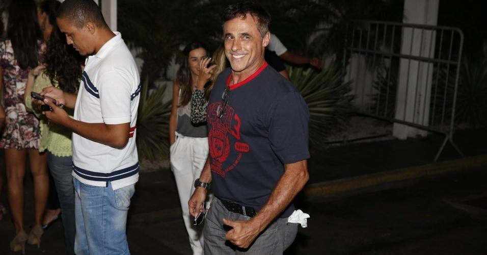 """03.fev.2014- Oscar Magrini, que interpreta Ramiro, assiste primeiro capítulo de """"Em Família"""" com elenco no Rio"""