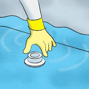 Quando restarem aproximadamente dez centímetros do nível de água dentro do reservatório, tampe a saída de fundo da caixa com um pano limpo ou outro material de vedação adequado - Erick Souza/ Arte UOL