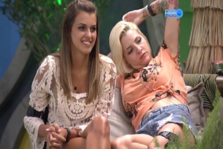 """04.02.2014 - Angela brinca que ganhou uma """"indireta"""" de Caio Castro no cinema do quarto do líder"""