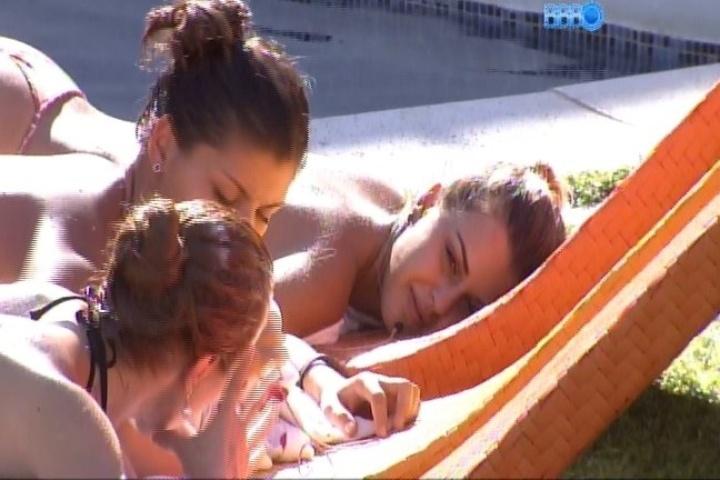 04.fev.2014 - Aline, Angela e Franciele detonam Letícia