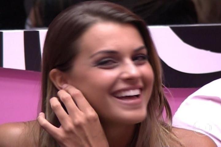 04.fev.2014 - Angela demonstra a sua torcida por Marcelo