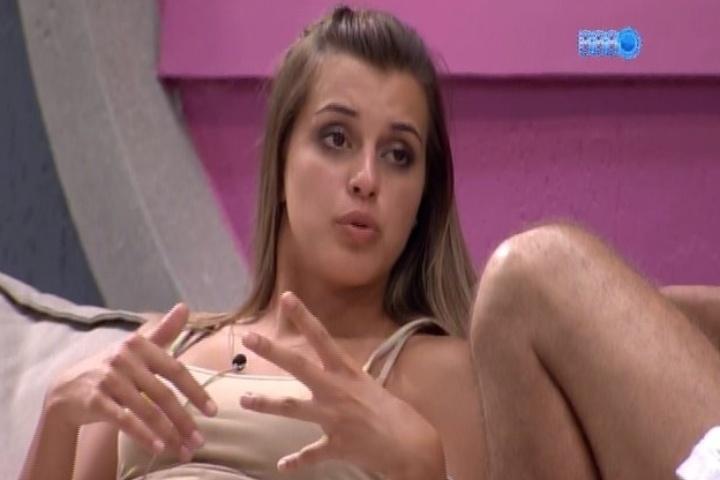 """04.fev.2014 - Angela desabafa com Marcelo sobre Letícia: """"Ela não precisava ter ficado com o Junior"""""""