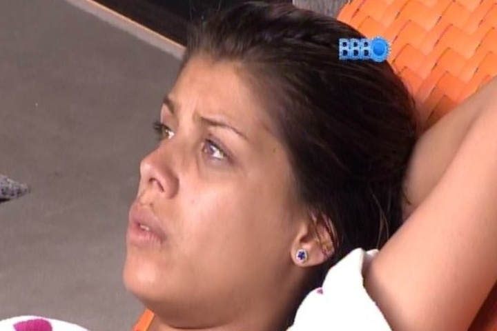 04.fev.2014 - Após detonar, Franciele chama Letícia para conversar, a sós.