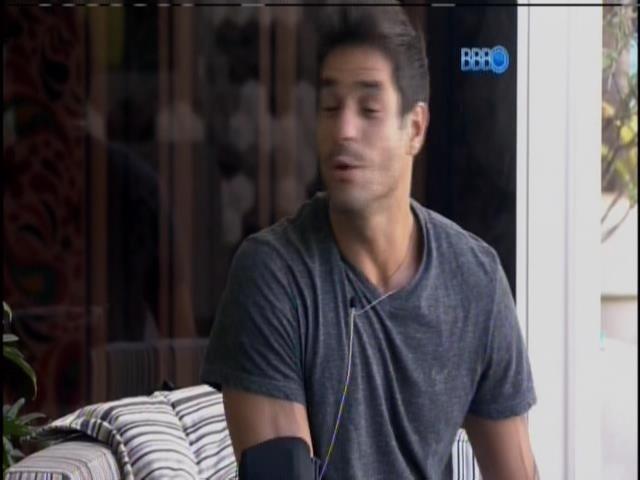 04.fev.2014 - Após gravar raio-x, Diego fica na varanda