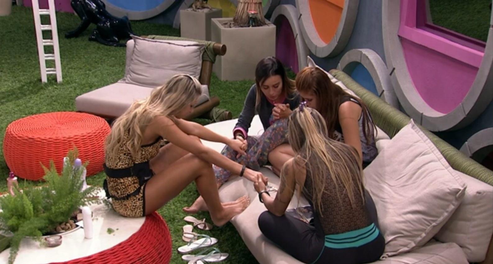 04.fev.2014 - Letícia, Amanda, Vanessa e Tatiele fazem corrente de oração