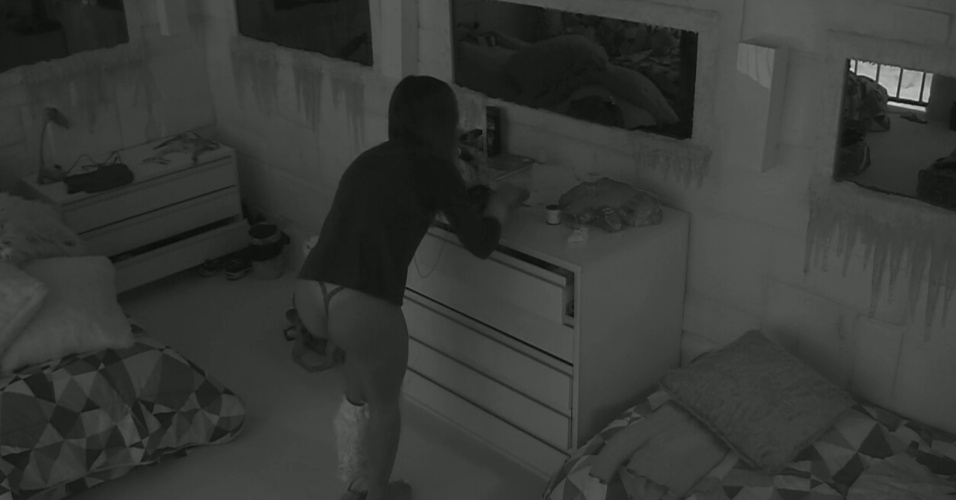 04.fev.2014 - Letícia troca de calça após quase deixar os seios à mostra por não perceber que o sutiã estava fora do lugar