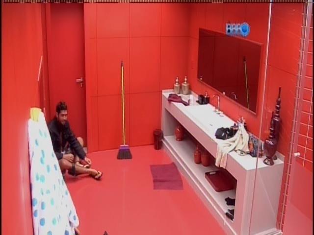 04.fev.2014 - Marcelo espera Roni na porta do banheiro