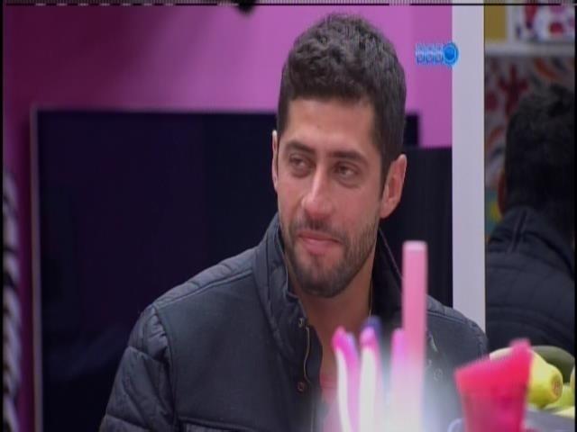 04.fev.2014 - Marcelo toma em café com Roni e Tatiele