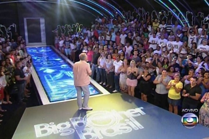 04.fev.2014 - O apresentador Pedro Bial agita as torcidas dos emparedados