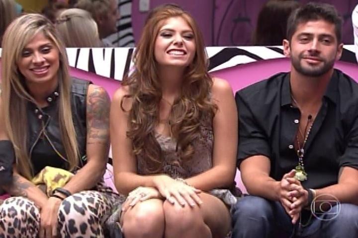04.fev.2014 - Os três emparedados da noite, Vanessa, Amanda e Marcelo, conversa com Pedro Bial