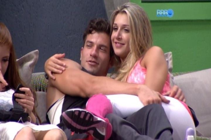 """04.fev.2014 - Roni brinca com Tatiele e diz: """"Sexo só depois do casamento"""". O modelo ainda afirma que a amada tem celulites"""
