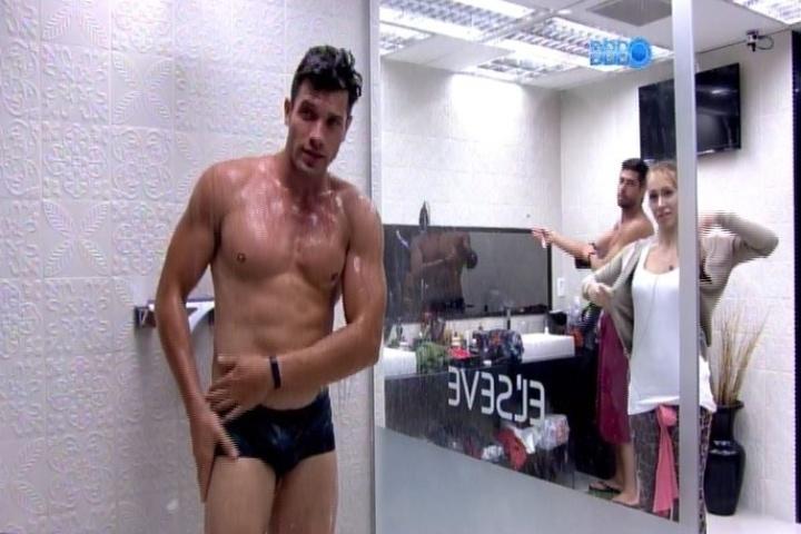 04.fev.2014 - Roni toma banho após Junior cortar o cabelo do modelo. Aline observa o brother do lado de fora do box