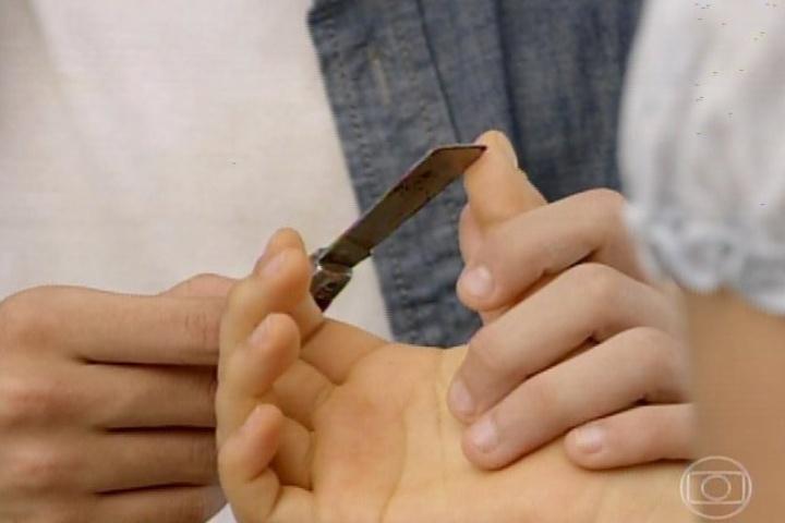 3.fev.2014 - Helena e Laerte decidem fazer pacto de sangue para selar o amor entre eles
