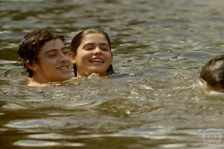 """3.fev.2014 - Virgílio, Laerte e Helena nadam no lago da fictícia cidade de """"Esperança"""""""