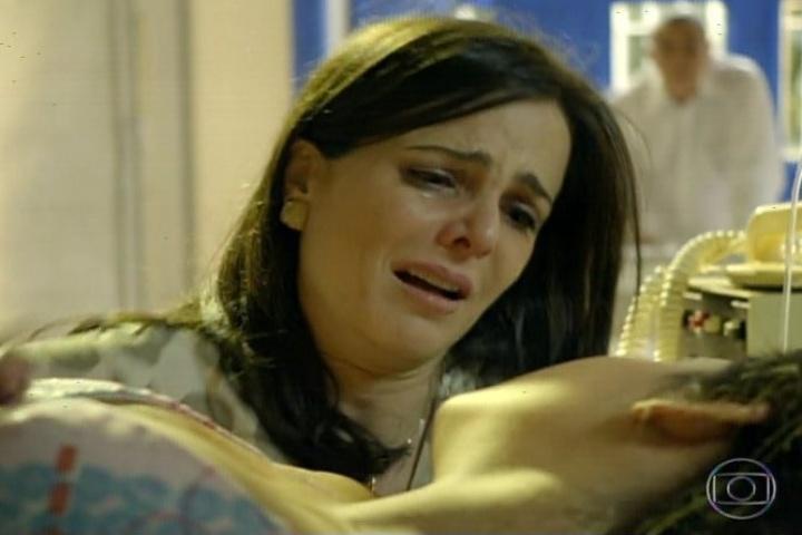 3.fev.2014- Chica fica desesperada com a filha desacordada