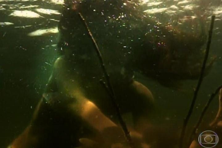 3.fev.2014- Helena se afoga no rio. Shirley, a amiga, vê e não pede ajuda