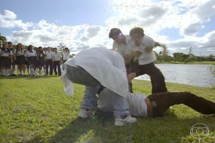 3.fev.2014- Laerte briga com outros garotos na escola por eles olharem para Helena