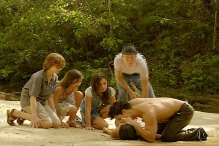 3.fev.2014- Virgílio faz respiração boca a boca em Helena e Laerte não gosta
