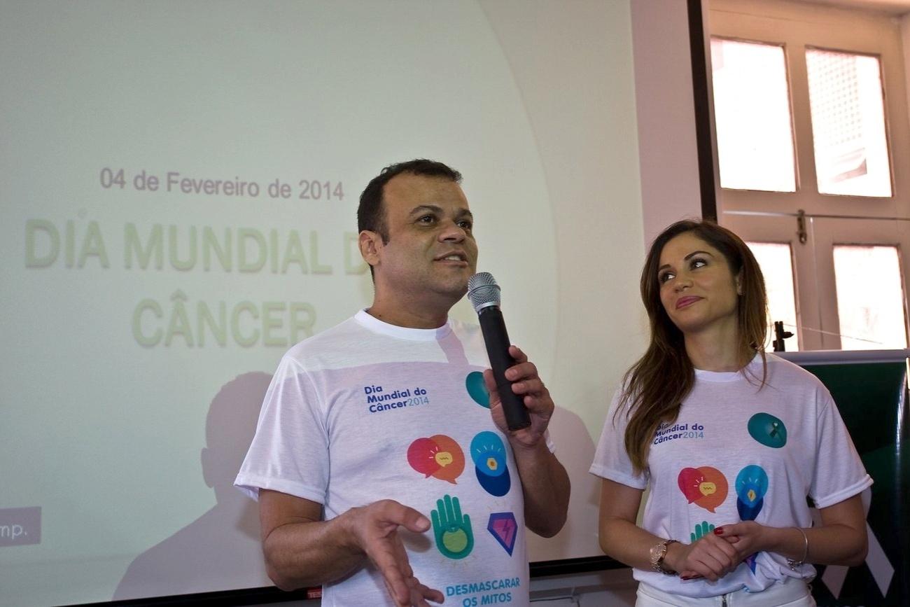 4.fev.2014 - Ex-BBBs Maria Melilo e Daniel Rolim na manhã desta terça-feira (4) visitaram o Hospital do Câncer de Pernambuco