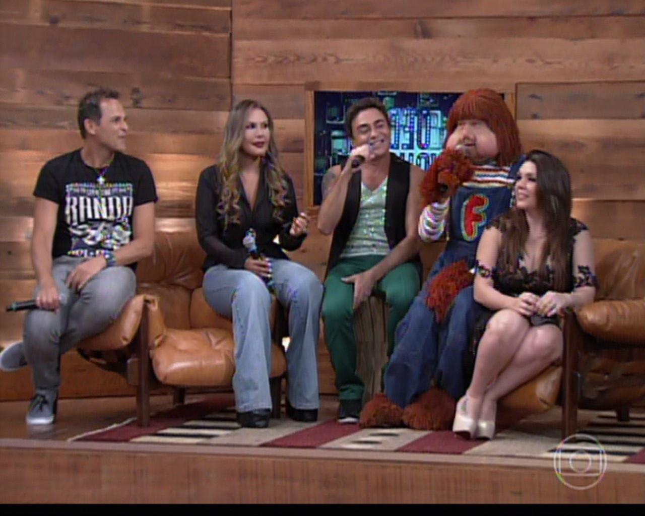 4.fev.2014 - Sylvinho Blau-Blau, Rosanah, Marquinhos Moura, Fofão e Simony sentam juntos em