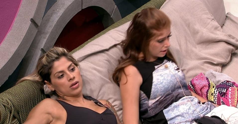 4.fev.2014 - Vanessa faz comentários com Amanda sobre Angela e diz que a advogada é interesseira e está focada no jogo