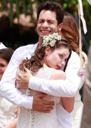 """No casamento """"hippie-chic"""" e a céu aberto de Linda (Bruna Linzmeyer) e Rafael (Rainer Cadete), exibido na novela """"Amor à Vida"""" (Globo), o noivo optou por camisa branca sem gravata e calça de linho bege - Ellen Soares/TV Globo"""