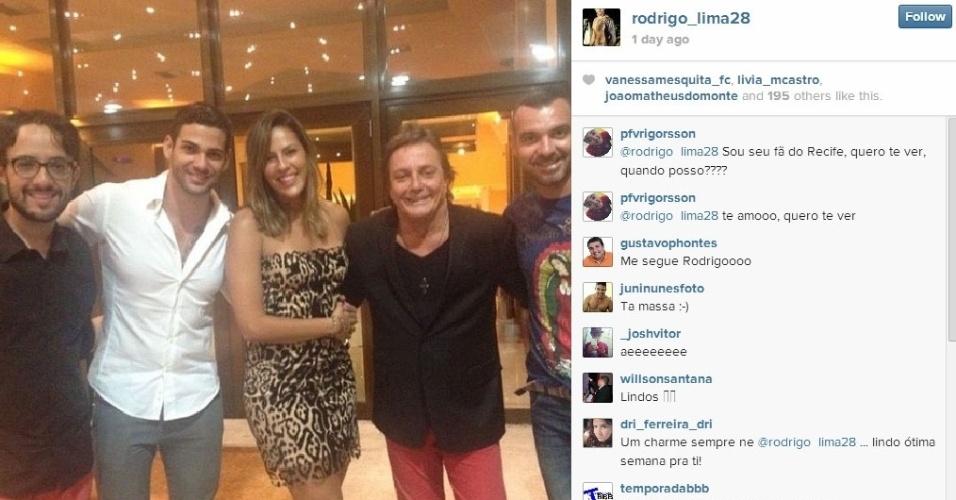 Os ex-BBBs Alisson, Rodrigo, Princy e Vagner posam para uma foto com Fábio Jr.