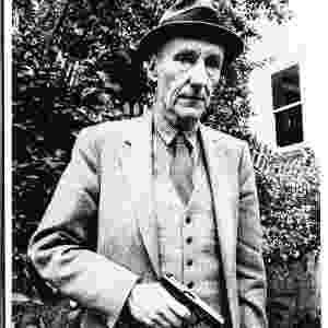 William Burroughs posa para foto segurando uma arma no jardim de uma casa em San Francisco - Reprodução