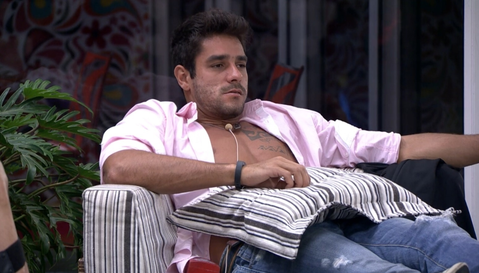 05.fev.2014 - Em conversa com Junior, Diego imagina um paredão com Roni e Tatiele.