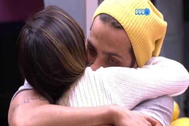 05.fev.2014 - Junior e Letícia se abraçam. O paulistano diz que está magoado por ter se afastado de Angela e a mineira questiona a amizade da advogada