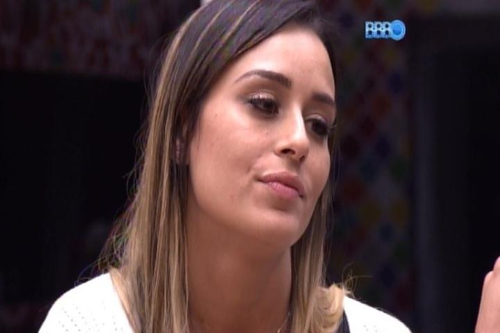 05.fev.2014 - Letícia e Junior conversam sobre Angela. A mineira acredita que a paulista está um pouco diferente com ela