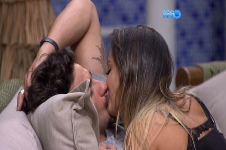 05.fev.2014 - Letícia e Junior se beijam e sister pede para o brother ser mais carinhoso.