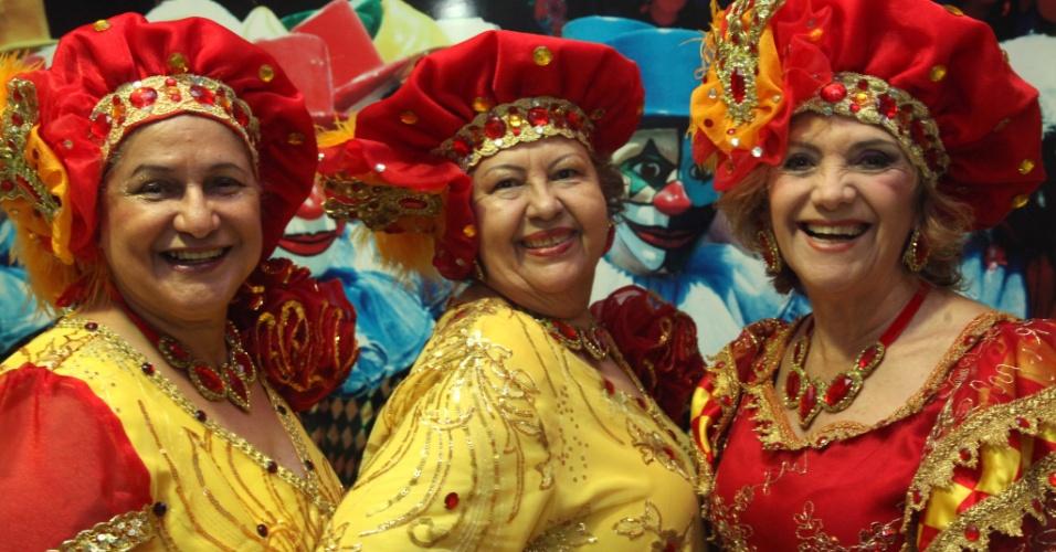 30.jan.2014 - Foliões do bloco Galo da Madrugada, do Recife, que homenageia Ariano Suassuna no Carnaval 2014