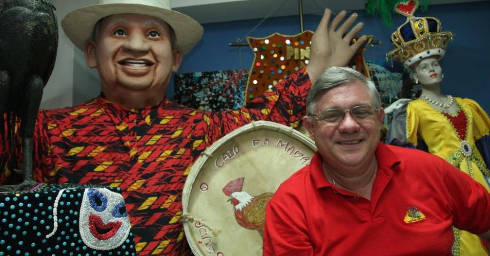 30.jan.2014 - O presidente do Galo da Madrugada, Ro?mulo Meneses, entre alegorias do bloco recifense