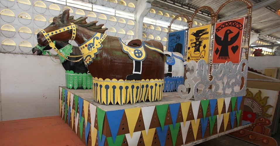 31.jan.2014 - Carro alego?rico A Cavalhada, do Galo da Madrugada, inspirado na obra de Ariano Suassuna, homenageado do bloco no Carnaval 2014
