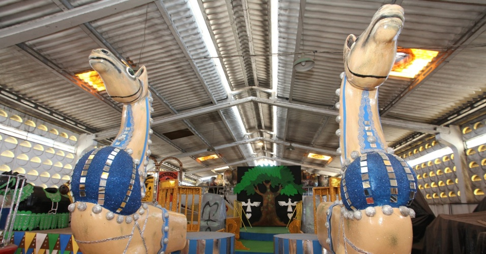 31.jan.2014 - Carro alego?rico A Pedra do Reino, inspirado na obra de Ariano Suassuna, homenageado do bloco recifense Galo da Madrugada no Carnaval 2014