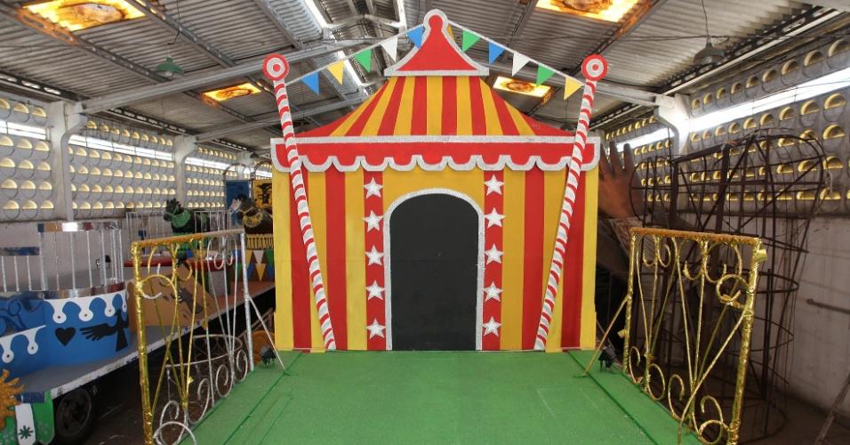 31.jan.2014 - Carro alego?rico O Circo, inspirado na obra de Ariano Suassuna, homenageado do bloco recifense Galo da Madrugada no Carnaval 2014