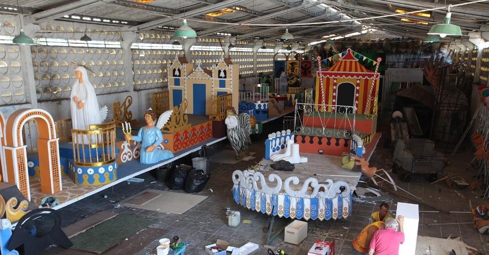 31.jan.2014 - Carros alegóricos do Galo da Madrugada para o Carnaval 2014, que homenageia Ariano Suassuna
